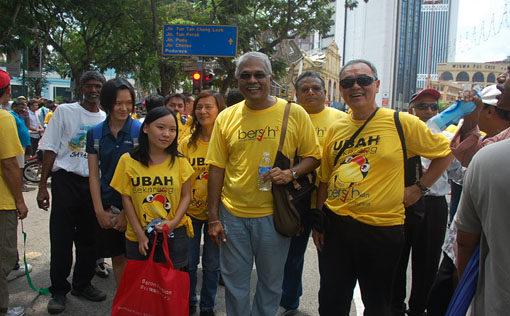 Klang MP Charles Santiago (centre) outside Central Market for Bersih 3.0 rally.