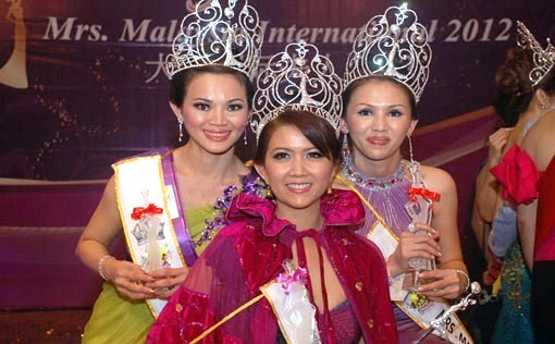 Newly crowned Mrs Malaysia International World 2012 Rachel Sua (centre) is flanked by  first runner-up Bobo Lee (right) and second runner-up Joey Lim.