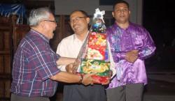 SS2 (South) Residents Association chairman Lim Theng Kau (left) receiving a hamper as a token of appreciation from Petaling Jaya OCPD Asst Comm Arjunaidi Mohamed .