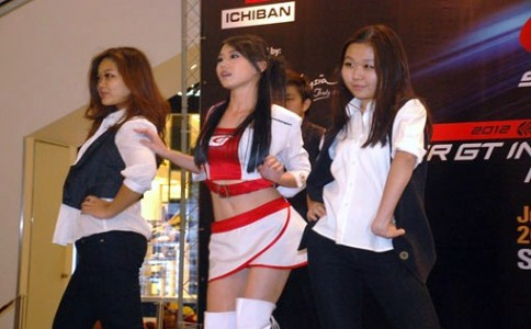 Super GT Malaysian Queen 2011 Lu Shan showing off her dance moves with her backup dancers.