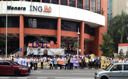 A peaceful gathering outside Menara ING in Jalan Raja Chulan, Kuala Lumpur.