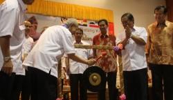 Ku Li sounding the gong seven times to launch Amanah Sabah Chapter