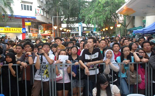 Fans Swarm The Area To Catch A Glimpse Of Their Favourite Anime At Special Media Review Festival Asia Malaysia 2012 Low Yat Boulevard