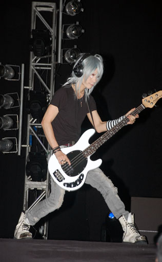Kaname Jun play guitar with a ghost