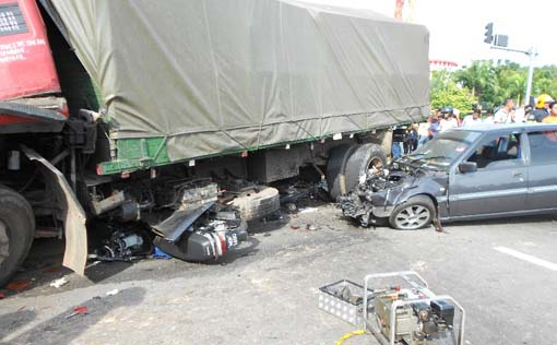 malaysia fatal road accidents Kuala lumpur: a malaysian was killed and 13 others, including a number of  singaporeans, were injured in an accident at kilometre 309 of.