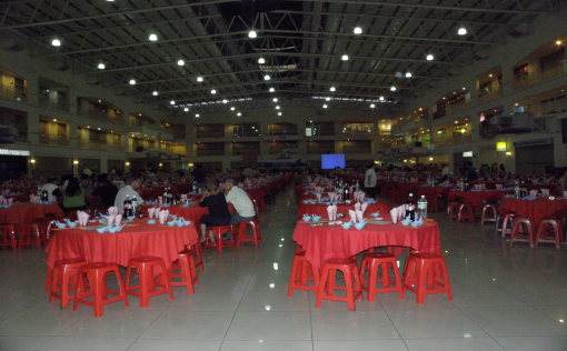 200 tables for Chinese halal food and 20 tables for non halal food at the large D'Piazza atrium hall.