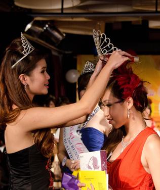 Miss KL Chinatown 2013 Jillian Choo being crowned by last year winner Sharon Kow