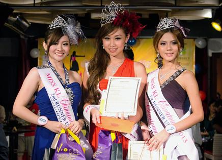 Miss KL Chinatown 2013 winner Jillian Choo (centre), 1st runner-up Jasmine Soo (right) and 2nd runner-up Anita Lee (left)