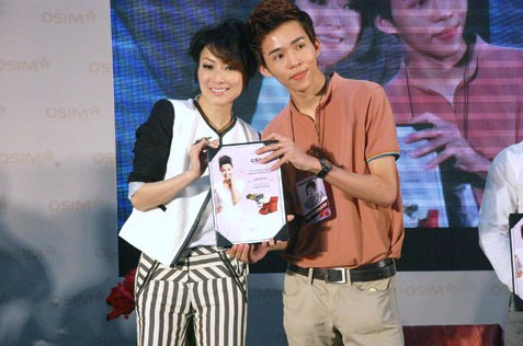 Sammi Cheng presenting award to OSIM uAngel top marketeer