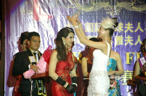 Gin Lim is crowned Mrs Malaysia Planet 2013