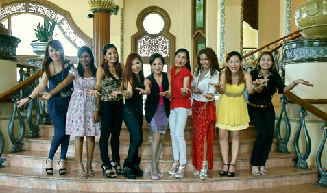 Mrs Malaysia pageant organiser Lim Siew Cheng (centre) poses with some of the contestants.