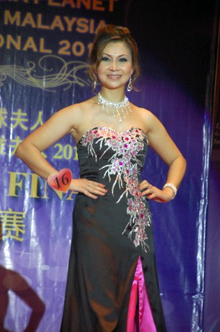 Mrs Elite Malaysia International 2013 Tian Lee Na in evening gown