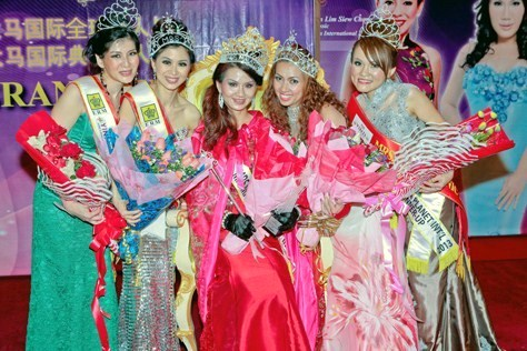 Mrs Planet Malaysia 2013 Gin Lim (centre), 1st runner-up Dr May Heong (2nd left), 2nd runner-up Sumi Teh (2nd right), 3rd runner-up Michelle Peu (first left) and 4th runner-up Jess Chong (1st right)