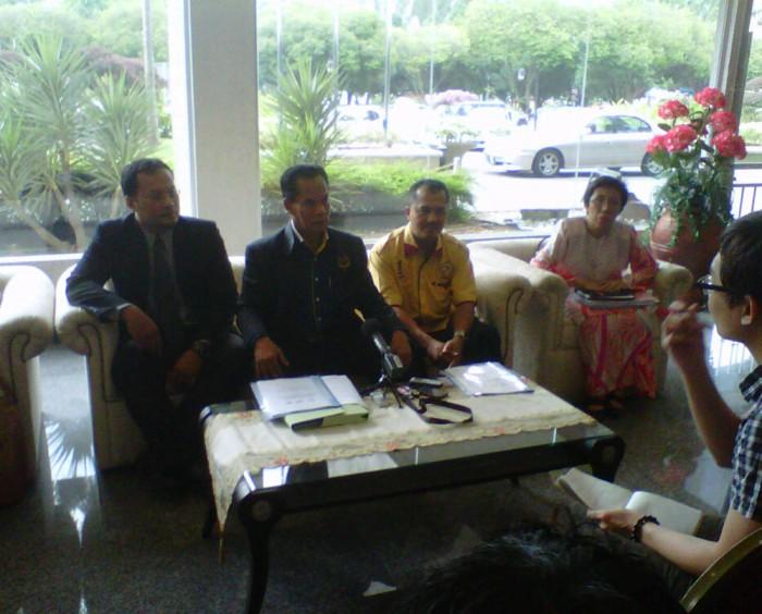 Dua dari kiri - Presiden CUEPACS Datuk Omar Osma