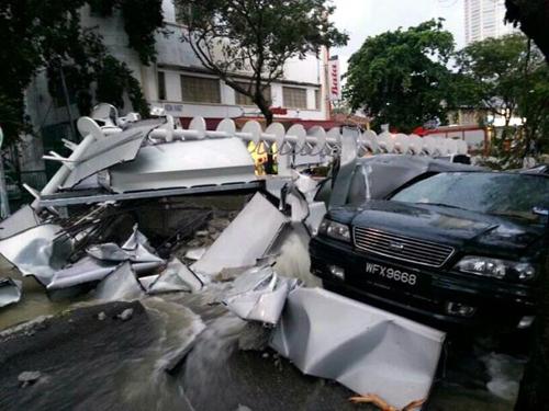 Kelihatan sebuah kereta di tengah tengah runtuhan