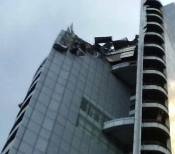 Sudut yang memperlihatkan impak dari angin kencang yang mengakibatkan antenna tersebut tercabut dari struktur bangunan Menara UMNO
