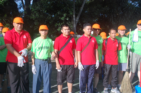 Gunam (left) and Kong Poh Heon (2nd from left) get ready for the gotong royong clean up