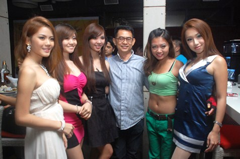 Michael Chen with Miss KL Chinatown 2013 winners