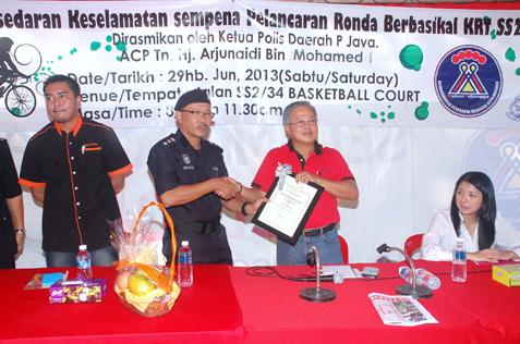 RT SS2B chairman Willie Tan receives token of appreciation from PJ OCPD ACP Arjunaidi Mohammed