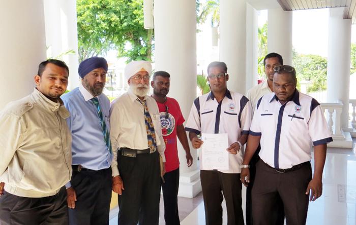 Abdul Jamil bersama ahli ahli NUBE yang turut hadir di mahkamah