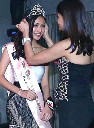 Diamond Palace director Vnnie Tay crowning Race Queen Malaysia 2013 Melanie Mok
