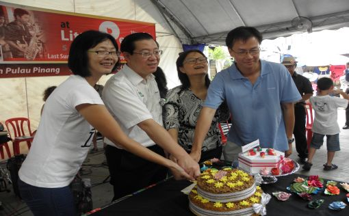 Cake-cutting ceremony. R to L:  Lyndy Ong, Market Coordinator, Lim Guan Eng, Khoo Salma Nasution, Adviser & Pioneer of LPSM and Eric Cheah, LPSM Vice Chairman.