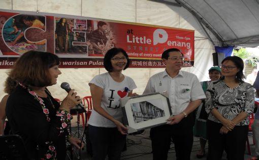 Lyndy Ong presenting a souvenir to Lim