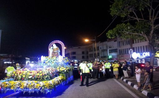 Float:  The statue of St Anne and her daugter, Mary