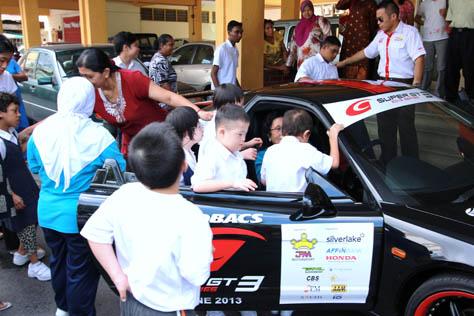 Super GT car excites SAMH children