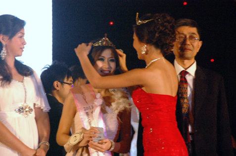 Bianca Beatrice being crowned Miss Chinese Cosmos SEA 2013