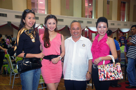 L-R) June Yap, Carrie Lee, Eteck Tan and Mrs Malaysia Globe 2012 Arena Boi