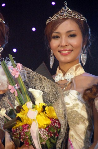 Miss Chinese Cosmos SEA 2013 second runner-up Jenvine Ong Kah Yunn from Malaysia