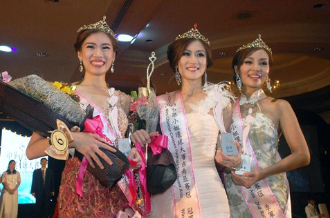 Miss Chinese Cosmos Southeast Asia 2013 Bianca Beatrice (centre) from Indonesia, flanked by first runner-up Felina Joyce Lim (left) from Philippines and second runner-up Jenvine Ong Kah Yunn (right) from Malaysia.