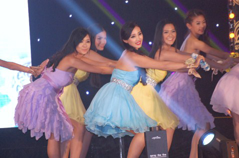Miss Chinese Cosmos Southeast Asia 2013 contestants performing a dance
