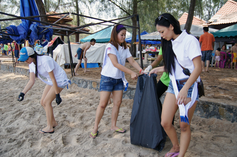 Miss Scuba Malaysia 2013 finalists in Port Dickson beach cleanup