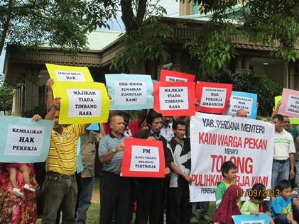 Pekerja bersama ahli keluarga diperkarangan Pejabat PM