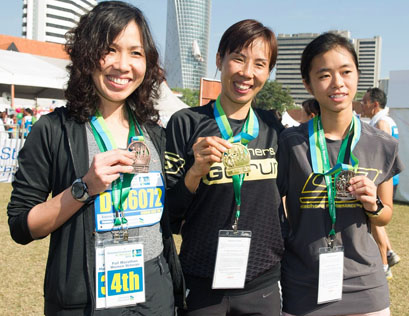 KL Marathon 2013 Malaysian Women champion Yuan Yu Fang (centre), first runner-up Loh Chooi Fern (right) and second runner-up Choong Swee Ying (left).