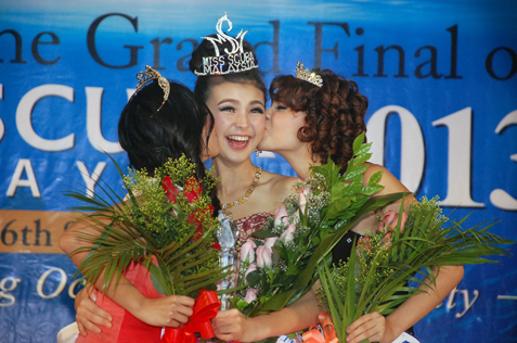Miss Scuba Malaysia 2013 Jade Park gets kiss on the cheek.