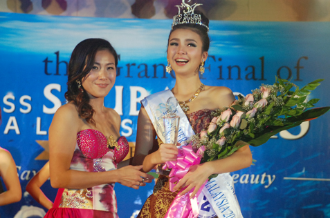 Miss Scuba Malaysia 2013 national director Joan Neo (left) and  Jade Park