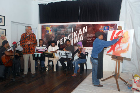 Orkes Keroncong Conlay plays keroncong tunes sung by Abdul Razak Osman while artist Hamidon Ahmed paints during launch of Percikan Jiwa at Pasar Seni, KL