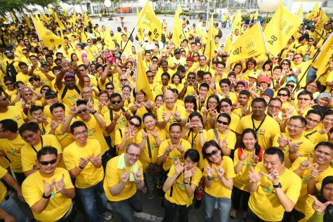 Henrik Clausen, CEO of DiGi (5thfrom left) and his management team leading out 1,500 DiGizens for DiGi's WWW Internet For All day in Kuala Lumpur.