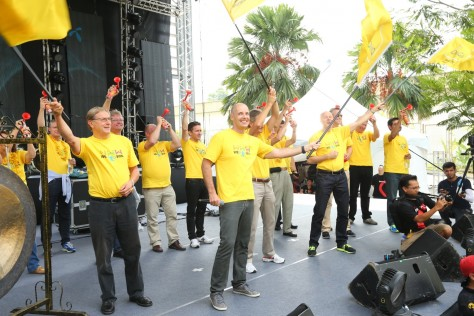Henrik Clausen, CEO of DiGi (2ndfrom left) and Telenor's Board of Directors flagging off the Amazing Race at D'House