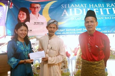 Surau Al-Ikhlas Appt Damansara Bistari chairman Mat Akhir Bin Muhamad receives cash aid from Yeo Bee Yin