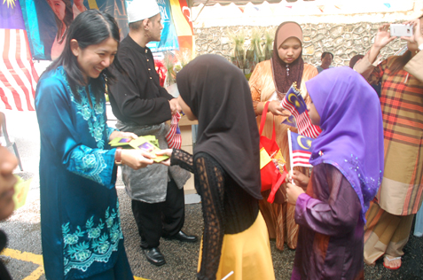 Yeo Bee Yin handing out duit raya to children at flat damasara bistari SS2