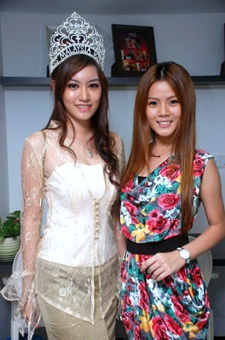 Miss Malaysia Kebaya 2012 Jean Lee (L) and Miss KL Chinatown 2013 1st runner-up Jasmine Soo