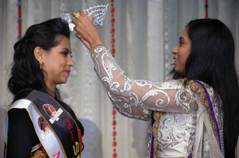 Miss Saree Malaysia Devia Haresh Kumar being crowned by MAIFEI president Geethanjali G.