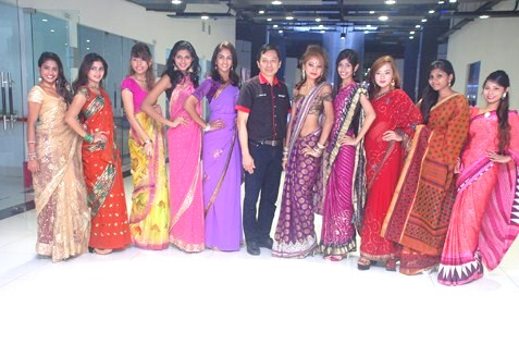 Jason Hee (centre) posing with Miss Saree Malaysia 2013 contestants during the press conference at Dataran Underground, Kuala Lumpur.