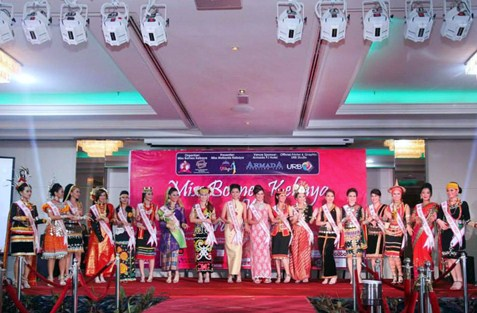 Miss Borneo Kebaya 2013 finalists on stage