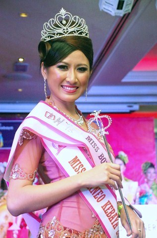 Miss Borneo Kebaya 2013 queen Kueh Mei Fung