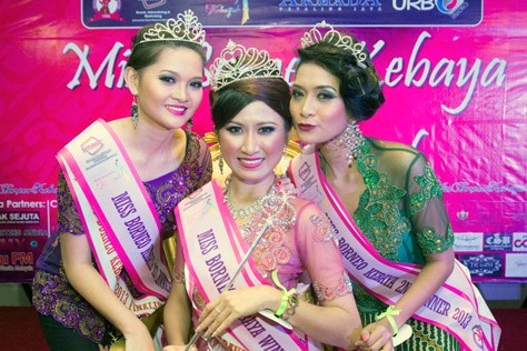 Miss Borneo Kebaya 2013 winner Kueh Mei Fung (centre), 1st runner-up Cherish Supang Matius (left) & 2nd runner-up Norita Bt Karim